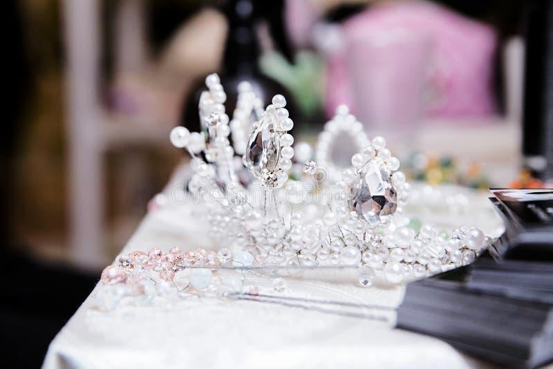 Coroa para a noiva na tabela fotografia de stock