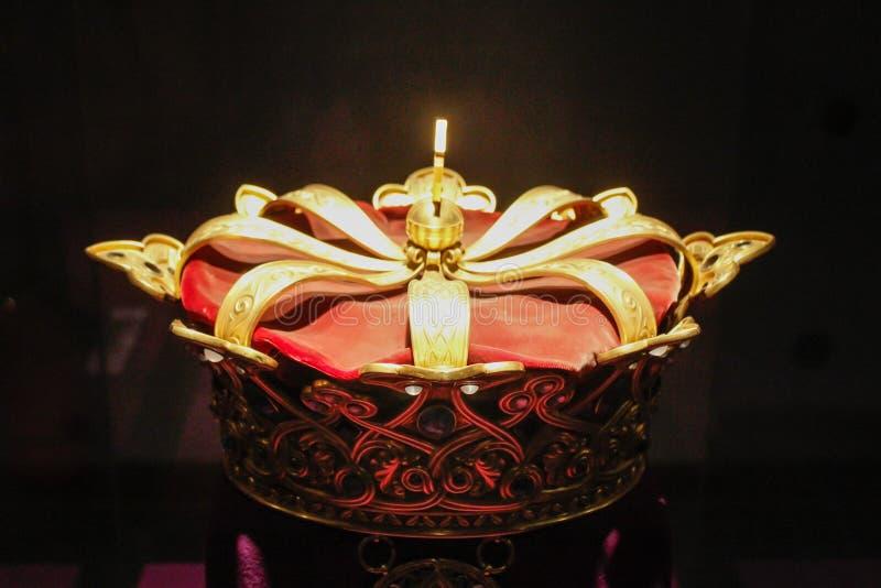 Coroa real do ouro imagem de stock
