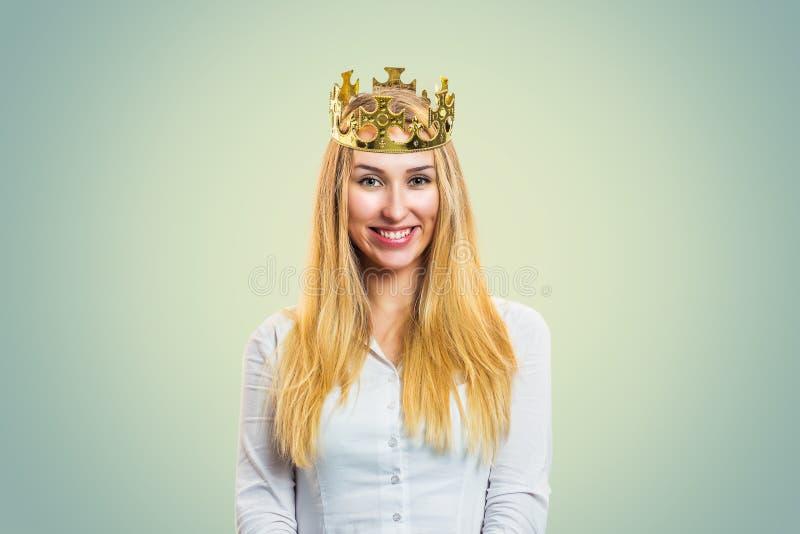 Coroa vestindo da mulher segura fotos de stock royalty free