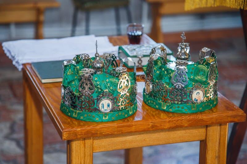 Coroas para o casamento na igreja imagem de stock