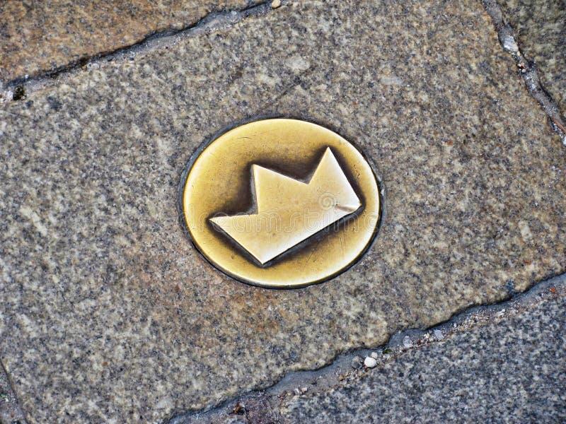 Coroe o símbolo na rua em Bratislava, Eslováquia foto de stock