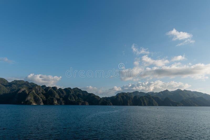 Coron海岛和海洋水在背景中 山和蓝天 图库摄影
