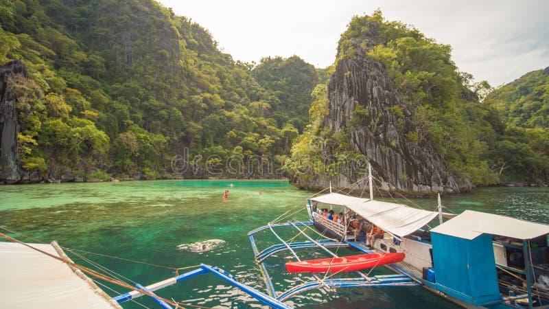 Coron Filippinerna - Januari 5, 2018: Tvilling- lagun i Coron, Palawan, Filippinerna Berg och hav ensamt fartyg Turnera A royaltyfria bilder