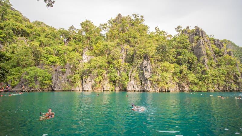 Coron, Philippinen - 5. Januar 2018: Doppellagune in Coron, Palawan, Philippinen Berg und Meer Einsames Boot Bereisen Sie A stockfoto