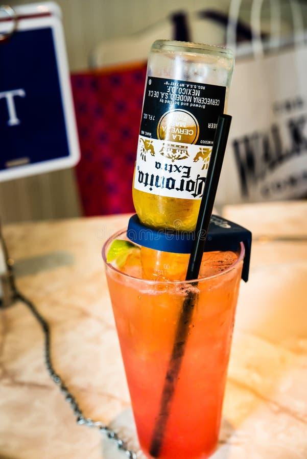 Corona Beer mengde zich met sap stock fotografie