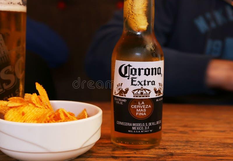 Corona-bier op houten tafel met chips op een griekse nachtbar stock afbeelding