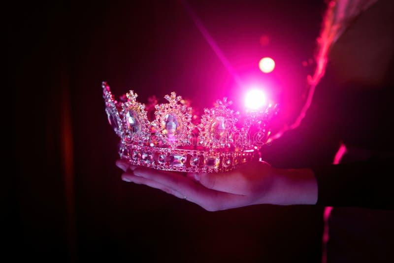 Corona brillante en las manos imagen de archivo libre de regalías