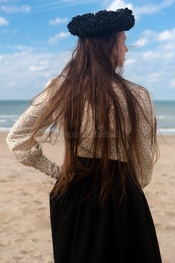 Corona color de rosa del negro trasero de la playa de la mujer, De Panne, Bélgica fotos de archivo libres de regalías