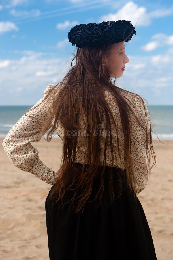 Corona color de rosa del negro trasero de la playa de la mujer, De Panne, Bélgica fotografía de archivo libre de regalías