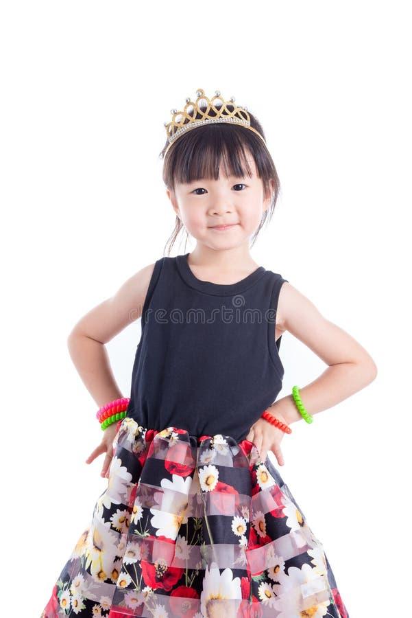 Corona d'uso della bambina sopra fondo bianco fotografia stock libera da diritti