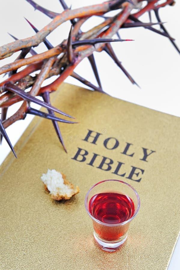 Corona de espinas en una biblia imagen de archivo libre de regalías