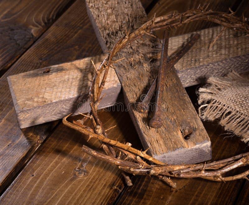 Corona de espinas y de la cruz de madera