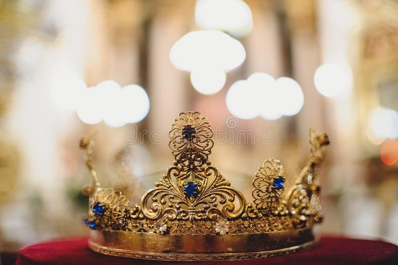 Corona de la boda con detrás borroso el fondo para la ceremonia imágenes de archivo libres de regalías