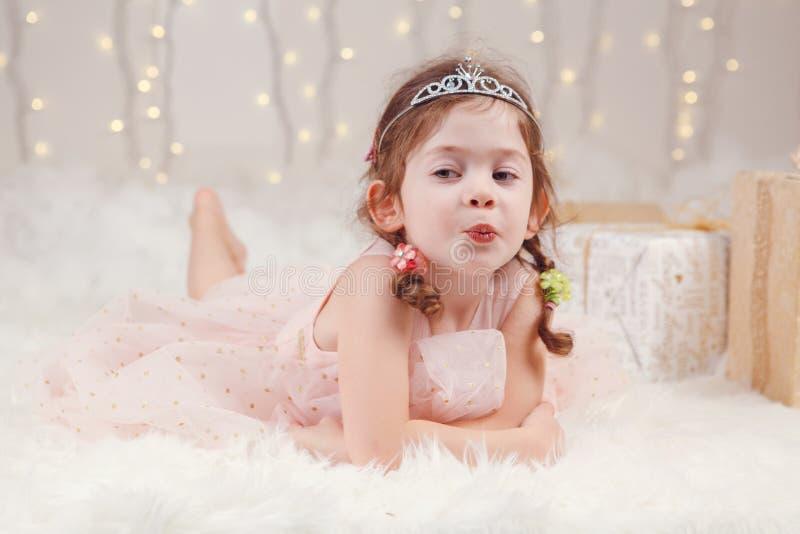 Corona de la diadema de la princesa de la muchacha que lleva caucásica que celebra la Navidad o el Año Nuevo imagen de archivo