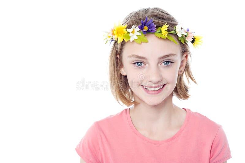 Corona de la flor de la muchacha que lleva hermosa foto de archivo