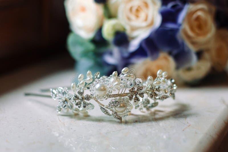 Corona de la novia, el símbolo de la reina en un matrimonio fotos de archivo libres de regalías