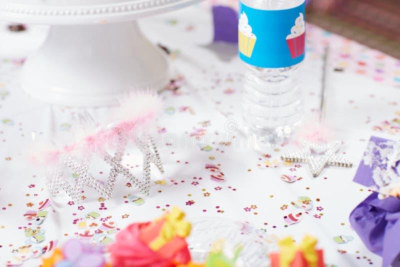 Corona de la princesa en una fiesta de cumpleaños para los niños fotos de archivo