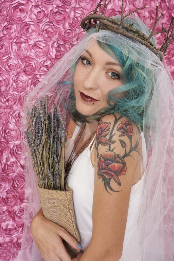 Corona de la ramita de la mujer que lleva que se considera lavendar fotos de archivo libres de regalías