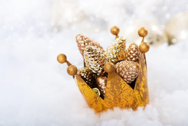 Corona de oro con pinecone como decoración de la Navidad foto de archivo libre de regalías