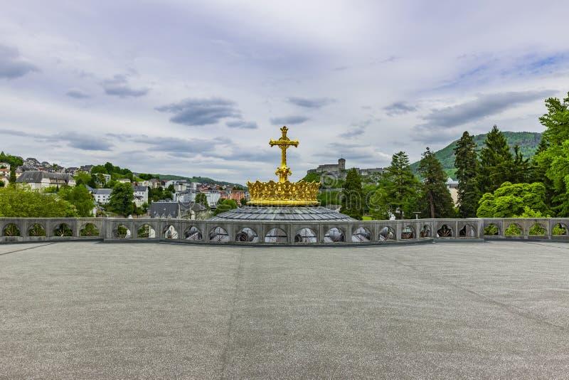 Corona de oro de la bas?lica Notre Dame en Lourdes imagenes de archivo