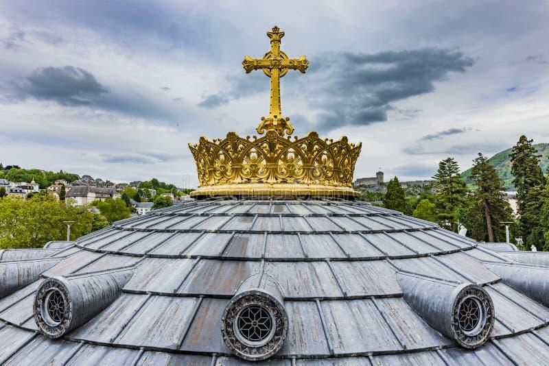 Corona de oro de la bas?lica Notre Dame en Lourdes foto de archivo libre de regalías