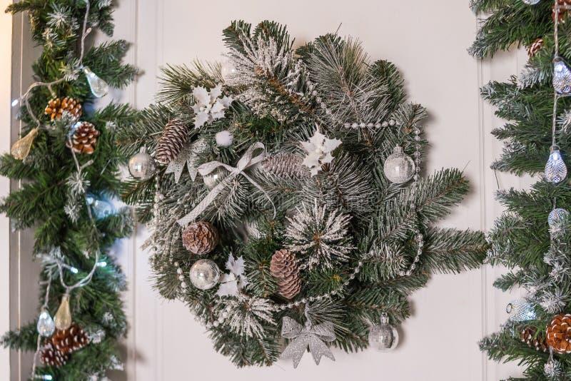 Corona decorativa di Natale dei ramoscelli dell'agrifoglio, dell'edera, del vischio, del cedro e della foglia del leyland con le  fotografia stock libera da diritti
