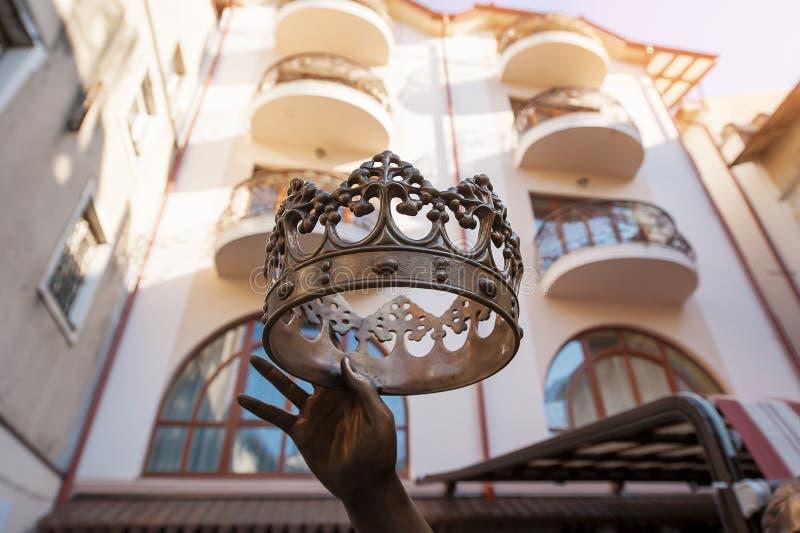 Corona del metal en mano del metal fotos de archivo