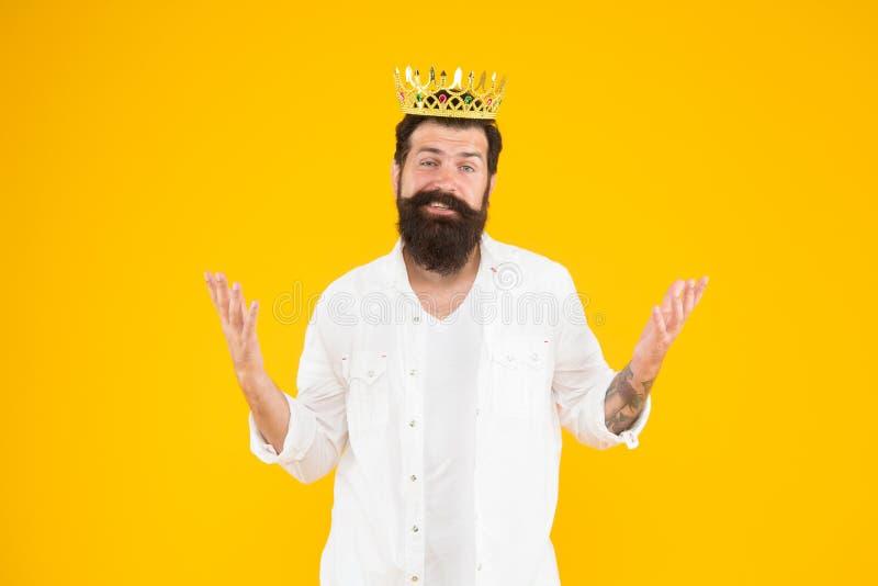 Corona del rey Hombre egoísta del egoísta Hombre barbudo en la ropa blanca Complejo de superioridad Persona narcisista Amor usted foto de archivo