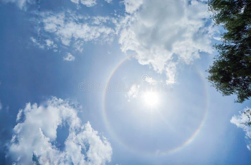 Corona del Sun en cielo azul brillante con las nubes fotos de archivo