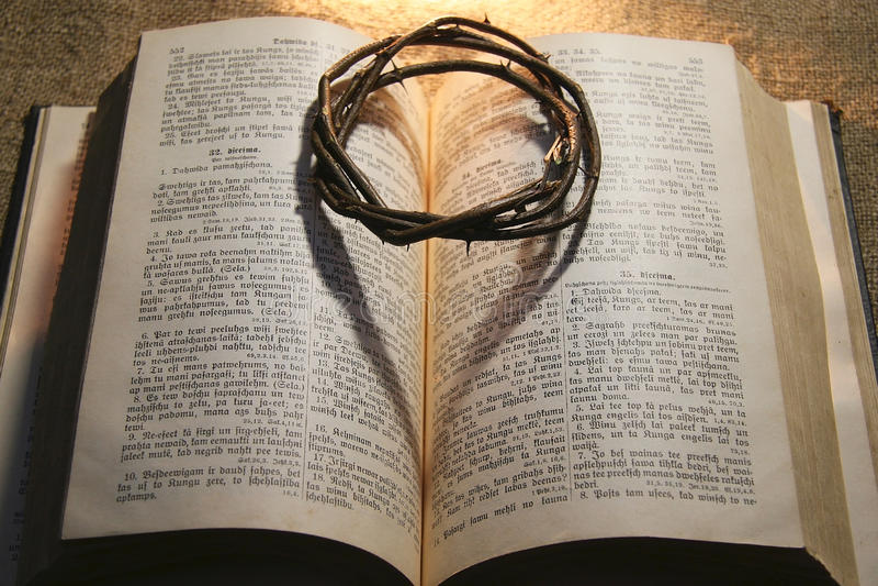 Corona delle spine e della bibbia fotografia stock