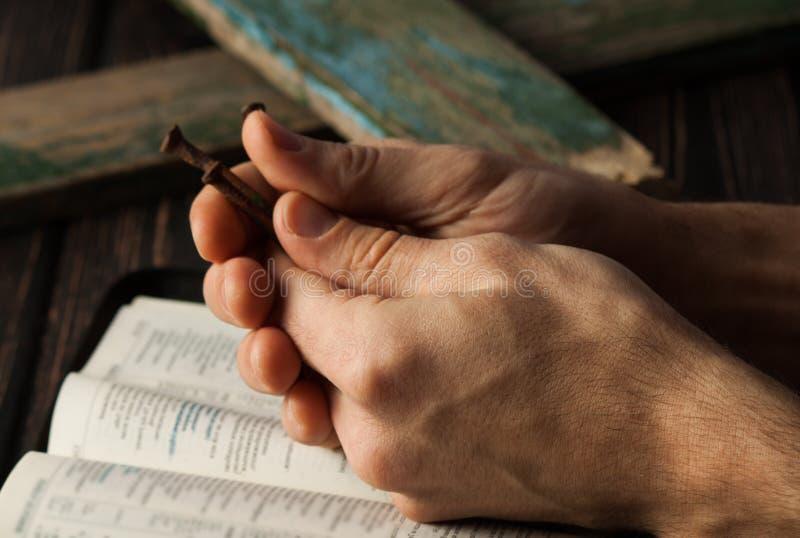 Corona delle spine sullo scrittorio di legno Concetto cristiano fotografia stock