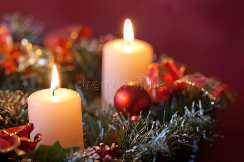Corona di arrivo con le candele brucianti. immagine stock libera da diritti