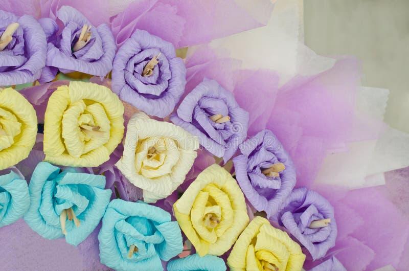 Corona di carta variopinta del fiore delle rose fotografia stock