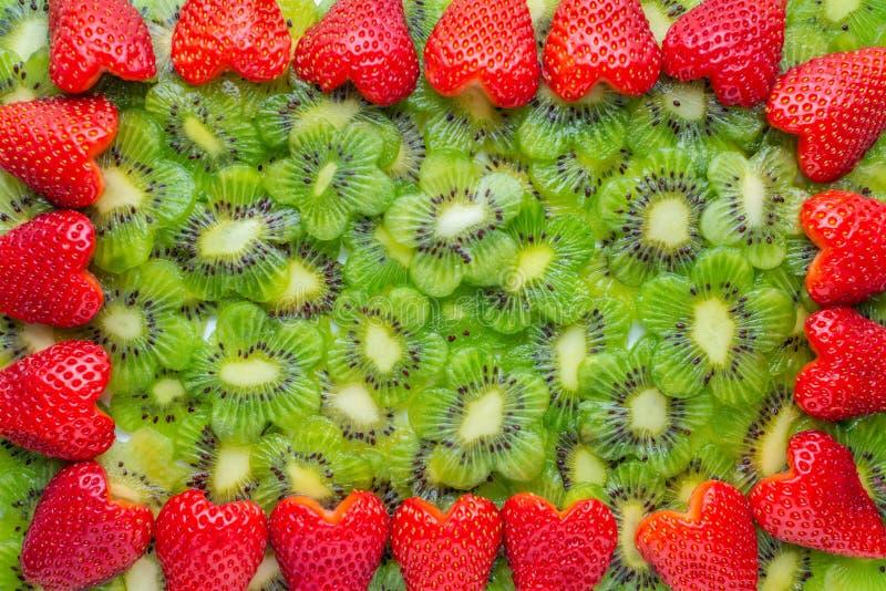 corona di forma affettata del cuore della fragola e del kiwi fotografia stock