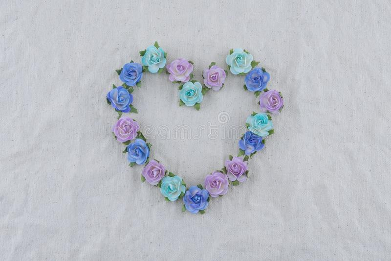 Corona di forma del cuore fatta dai fiori di carta della rosa blu di tono fotografie stock libere da diritti