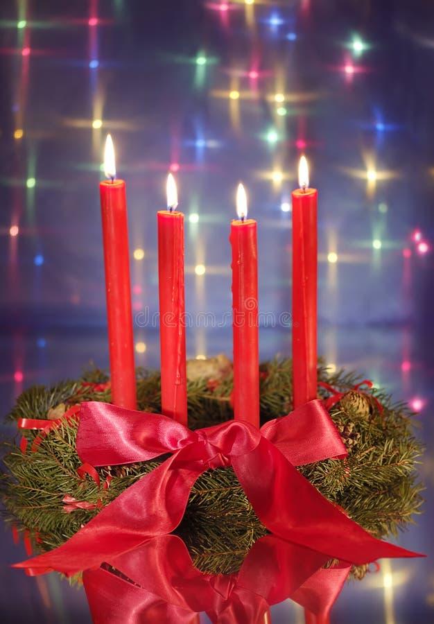 Download Corona Di Natale Con Le Candele Rosse Immagine Stock - Immagine di natale, arco: 3875823