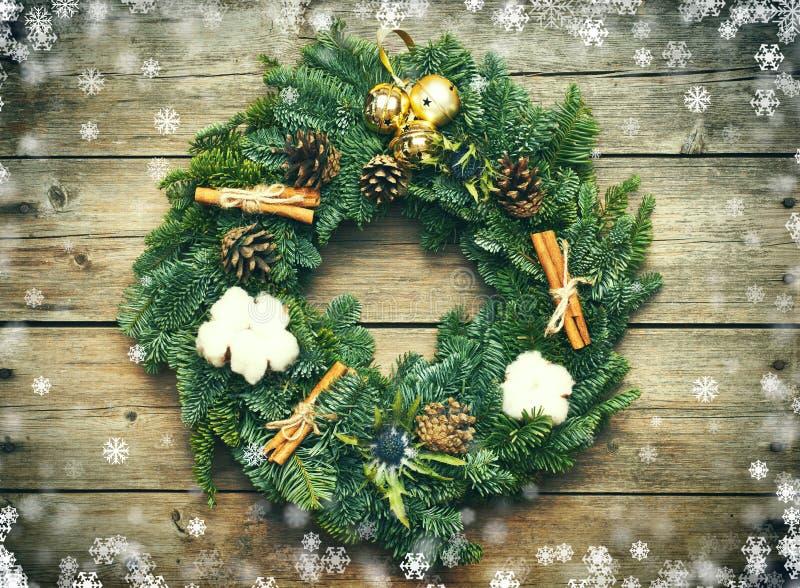Corona di Natale sui precedenti di legno illustrazione di stock