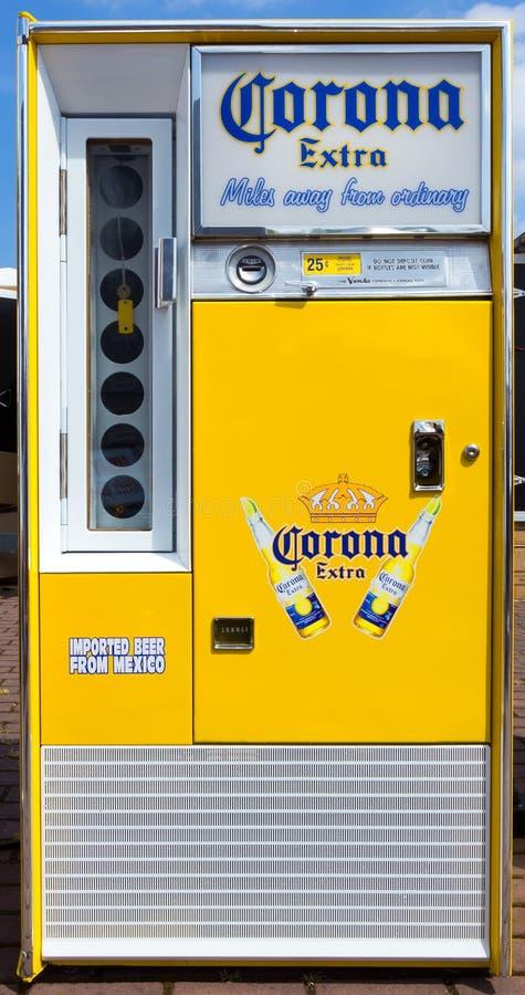 Corona Extra-Bierautomat lizenzfreies stockbild
