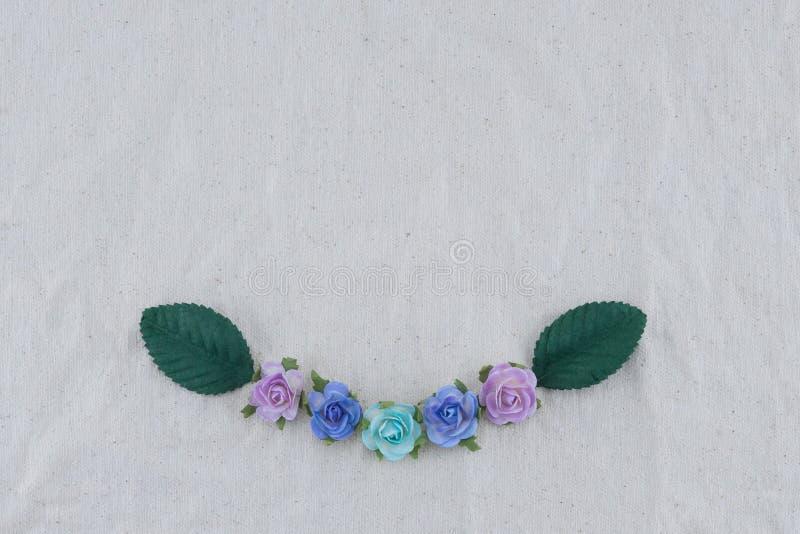 Corona fatta dai fiori di carta della rosa blu di tono fotografia stock