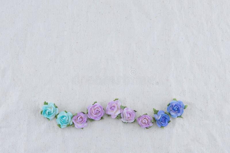 Corona fatta dai fiori di carta della rosa blu di tono fotografie stock