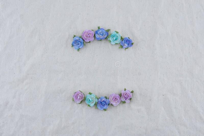 Corona fatta dai fiori di carta della rosa blu di tono immagine stock