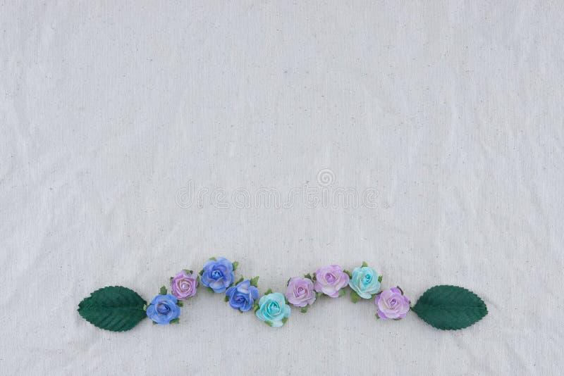 Corona fatta dai fiori di carta e dalle foglie verdi della rosa blu di tono fotografia stock libera da diritti
