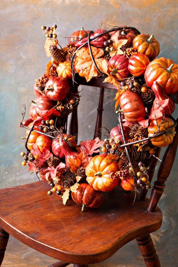 Corona festiva di autunno con le foglie di caduta e della zucca immagini stock libere da diritti