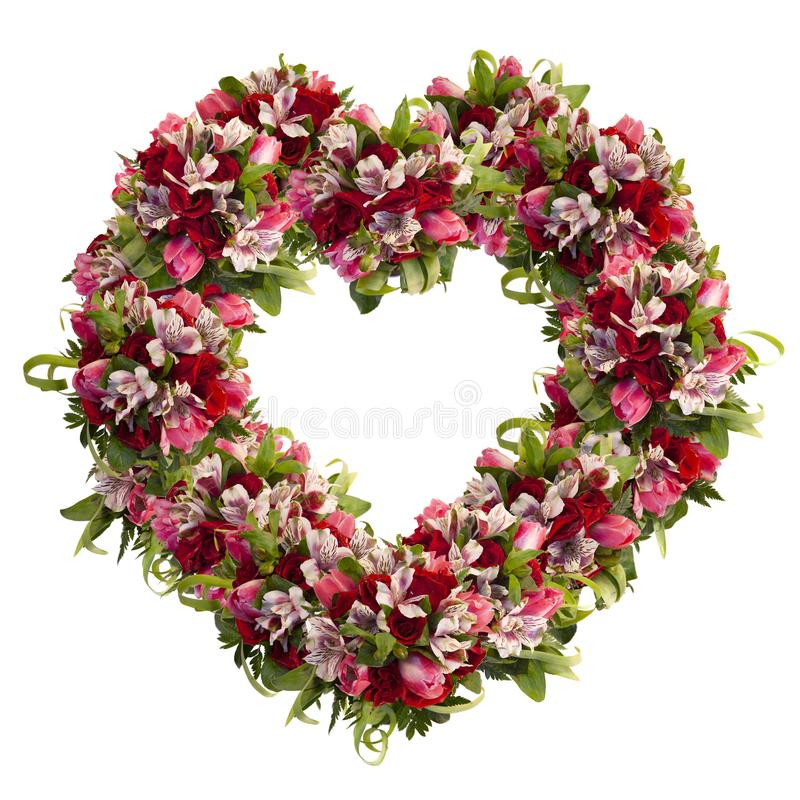 Corona in forma di cuore delle rose, dei tulipani e del alstroemeria su fondo bianco immagini stock