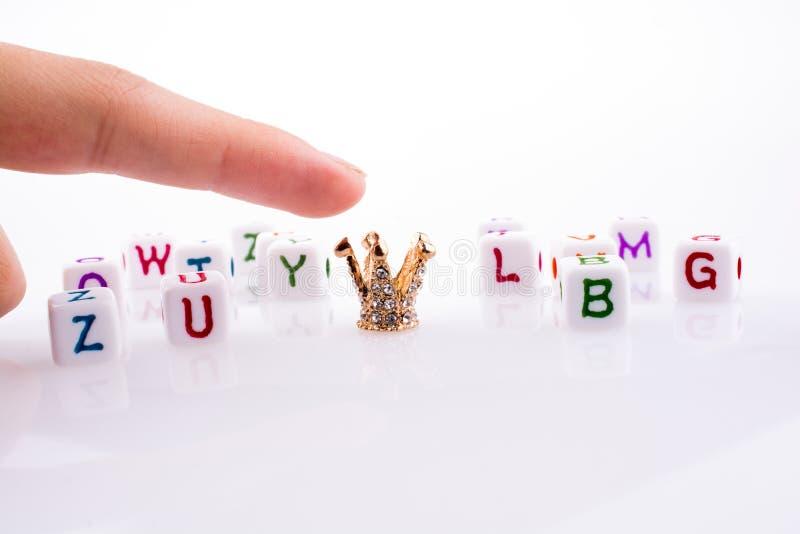 Corona fra i cubi della lettera immagini stock libere da diritti