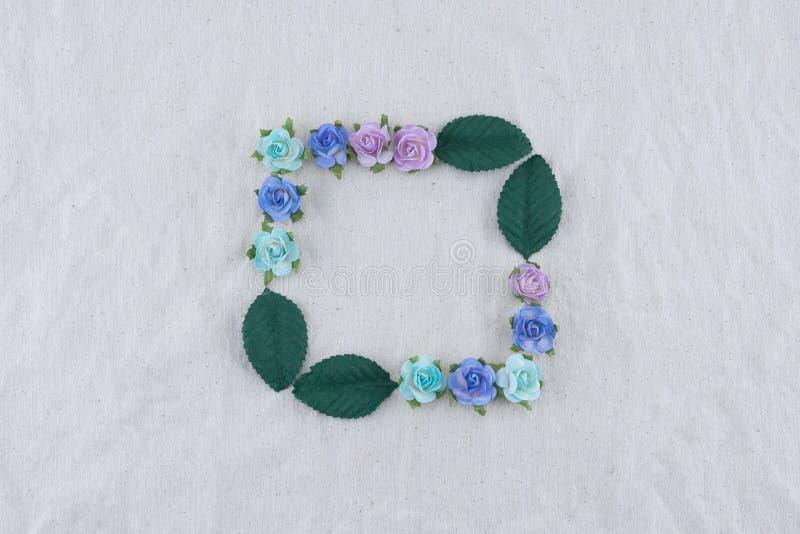 Corona quadrata fatta dai fiori di carta della rosa blu di tono fotografia stock libera da diritti