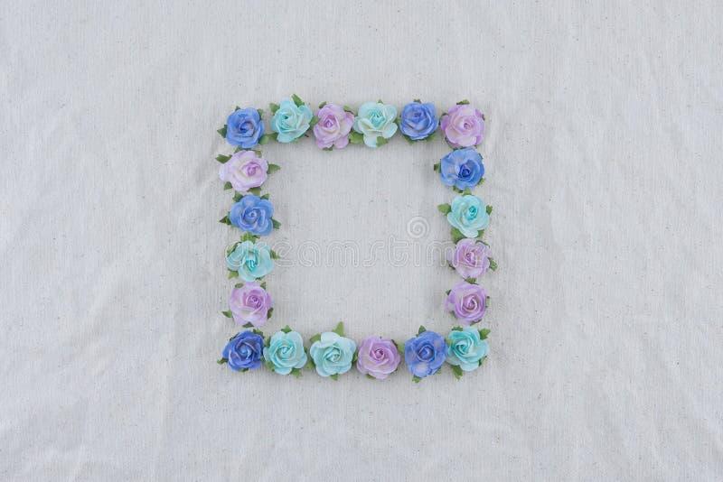 Corona quadrata fatta dai fiori di carta della rosa blu di tono immagini stock