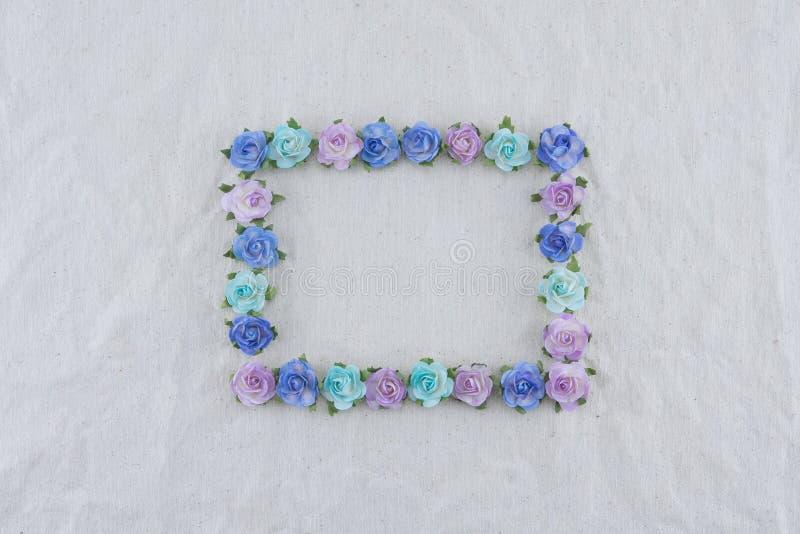 Corona quadrata fatta dai fiori di carta della rosa blu di tono fotografia stock