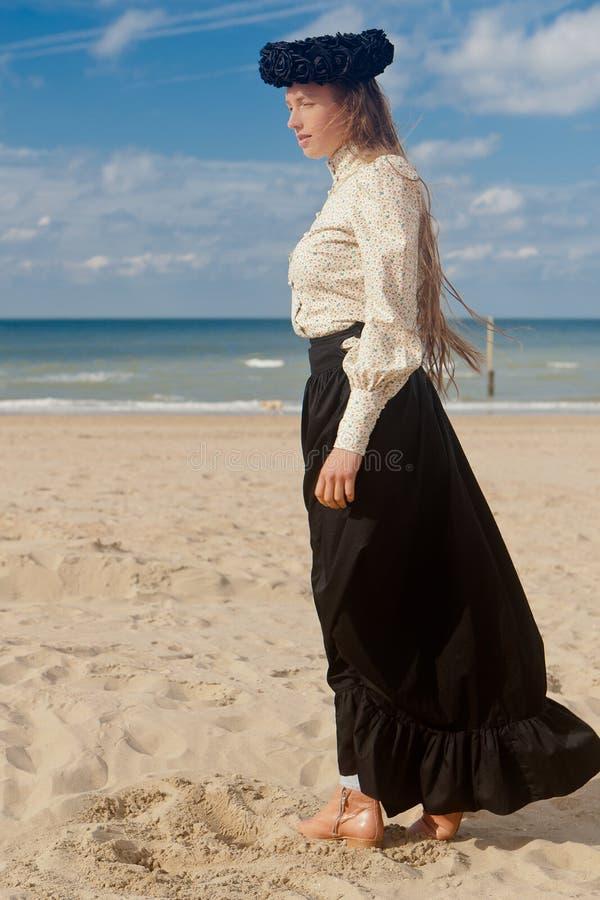 Corona rosa del nero della spiaggia di profilo della donna, De Panne, Belgio fotografie stock