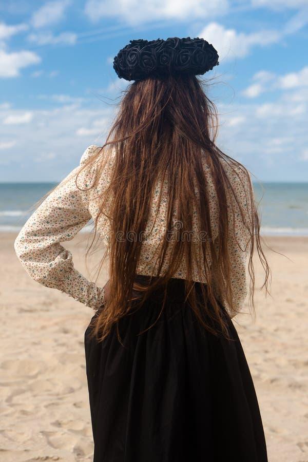 Corona rosa del nero posteriore della spiaggia della donna, De Panne, Belgio fotografia stock libera da diritti